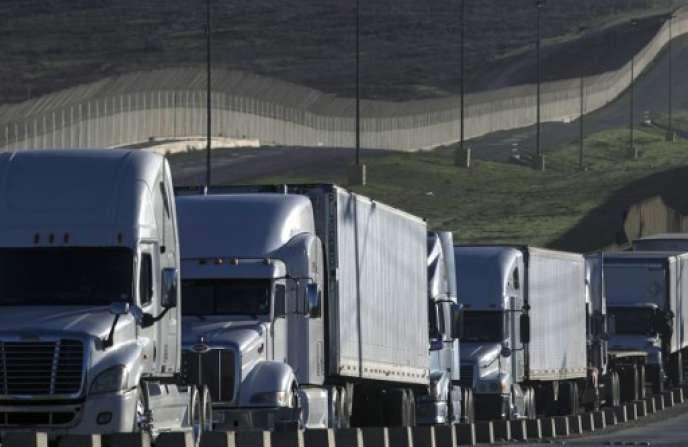 File de camions qui attendent de franchir la frontière avec les Etats-Unis au port d'entrée d'Otay Mesa, à Tijuana au Mexique, le 22 janvier.