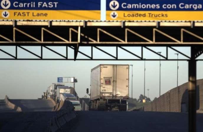 Des camions à la frontière avec les États-Unis au port d'entrée commercial d'Otay Mesa à Tijuana, au Mexique, le 22 janvier 2018.