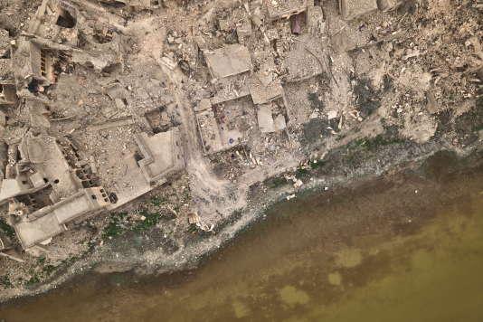 A Mossoul (Irak), les destructions les plus visibles sont le long du Tigre et le long des grandes artères bordées d'immeubles en béton des années 1970.