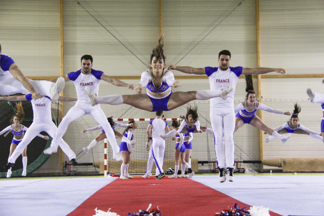 French cheerleaders in search of light