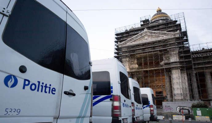 Des camionnettes de police garées devant le palais de justice de Bruxelles, en Belgique, le 23 avril.