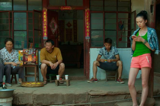 Liang Xueqin (debout à droite) dans« Ciao Ciao», de Song Chuan.