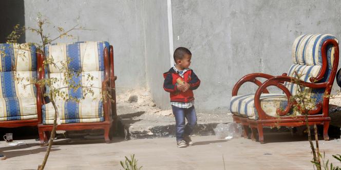 A Ismaïlia, le 27février 2017, un enfant ayant fui avec sa famille l'escalade de la violence à Al-Arich, dans le nord du Sinaï.