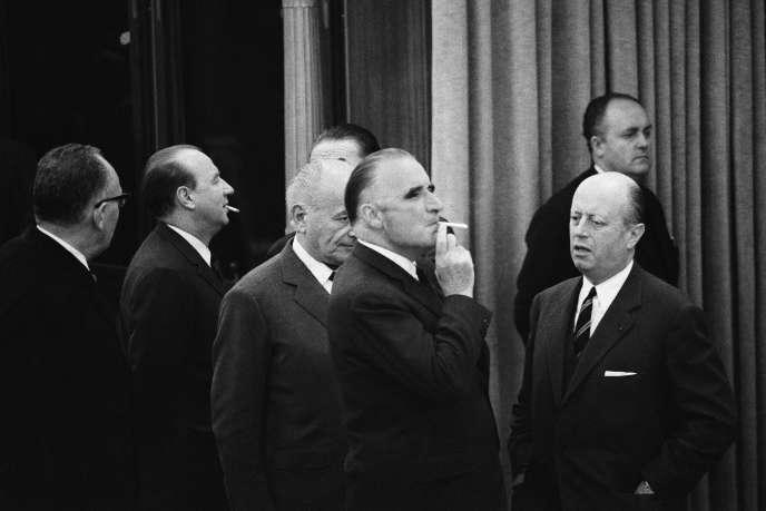 A l'aéroport d'Orly, le 18 mai 1968, Georges Pompidou et Jacques Foccart attendent le retour du Général de Roumanie.