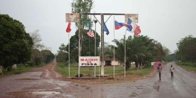 Des drapeaux étrangers, dont le drapeau russe, flottent à Pissa, non loin du palais de Bérengo, en Centrafrique, le 11mars 2018.