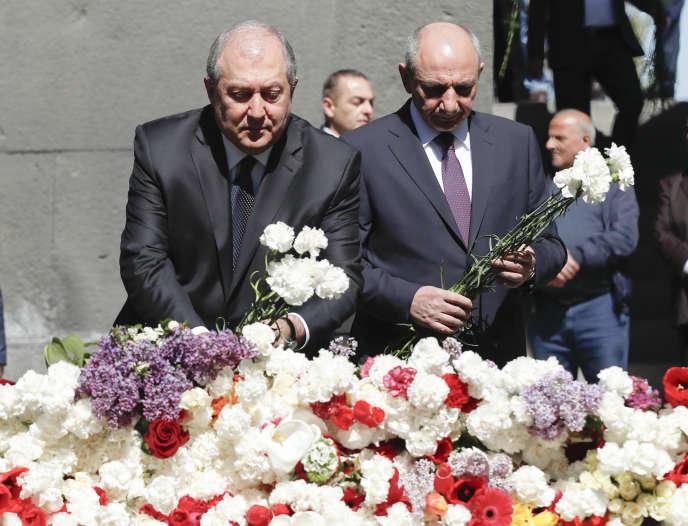 L'actuel président, Armen Sarkissian (à gauche), et le dirigeant du Nagorny-Karabakh, Bako Sahakyan, lors de la cérémonie d'hommage aux victimes du génocide arménien de 1915, le 24 avril, à Erevan.
