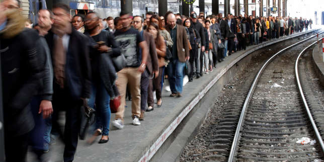 Commuters walk on a platform after they arrived at the Saint-Lazare train station in Paris during the tenth day of a nationwide strike by French SNCF railway workers in France, April 24, 2018. REUTERS/Philippe Wojazer