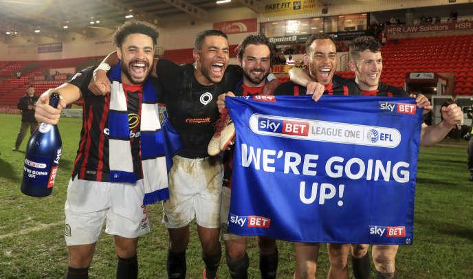 Les joueurs de Blackburn Rovers fêtent leur promotion de la League One au Championship, le 24 avril à Doncaster.