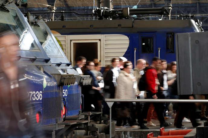 «La mise en concurrence du transport de voyageurs est donc largement illusoire dans l'activité ferroviaire (...). Rappelons-nous que le prix du billet a fortement augmenté au Royaume-Uni après la libéralisation » (A la gare Saint-Lazare, le 24 avril).