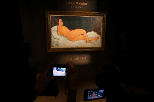 Le« Nu couché» de Modigliani, lors de sa présentation aux journalistes, le 24 avril à Hongkong.