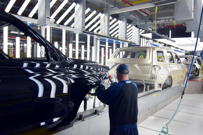 Un employé de Ford inspecte le travail de peinture sur la carrosserie d'un SUV à l'usine de camions Ford à Louisville, dans le Kentucky (Etats-Unis), le 9 février 2018.