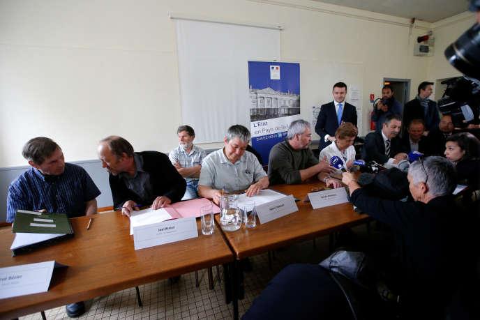 Les agriculteurs Hervé Bizier, Joël Bizeul, Sylvie Thébault et Sylvain Fresneau, ont signé des baux précaires, mardi24 avril, en présence de la préfète des Pays de la Loire, régularisant leur situation sur la ZAD.