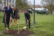 Les présidents français et américain plantent un chêne à la Maison Blanche, le 23 avril. L'arbre vient du bois Belleau, où près de 2 000 marines ont péri en 1918.