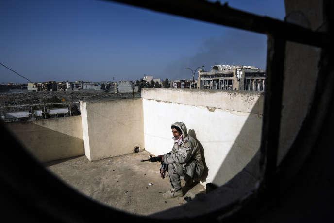 Un soldat irakien en planque pendant la bataille de Mossoul, le 10 janvier 2017.