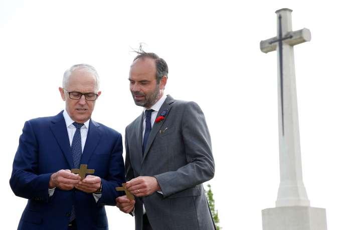 Le premier ministre français Edouard Philippe (à droite) et son homologue australien Malcolm Turnbull lors de la cérémonie d'inauguration d'un nouveau centre mémoriel sur la guerre 14-18 à Villers-Bretonneux (Somme), le 24 avril 2018.