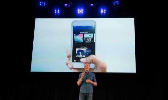Gustav Söderström, le directeur de la recherche et du développement de Spotify, lors de la présentation de la nouvelle version de l'application, le 24 avril à New York.