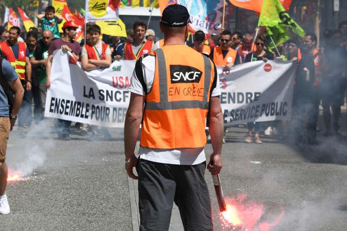 Un manifestant de la SNCF lors d'un rassemblement à Toulouse le 19 avril, dans le cadre de la journée de mobilisation nationale interprofessionnelle à l'appel de la CGT et Solidaires.