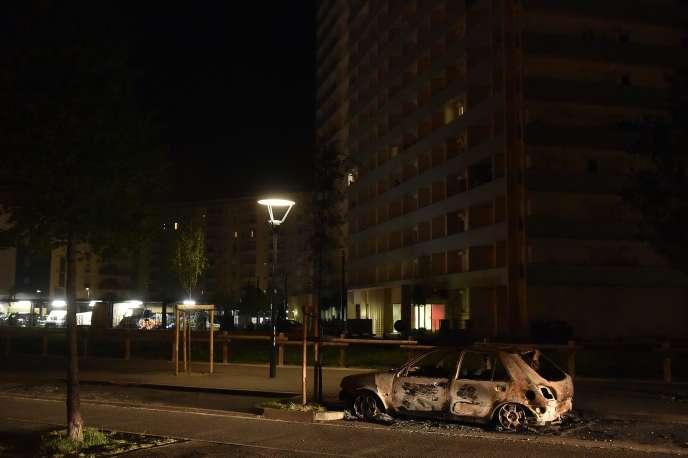 Une carcasse de voiture brûlée au Mirail (Toulouse), le 17 avril.