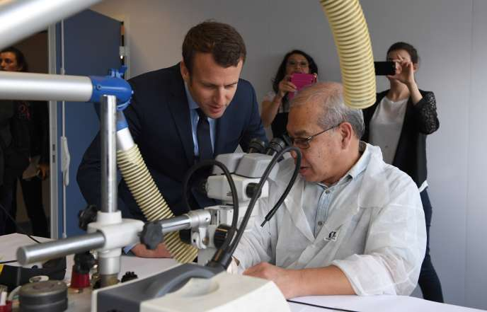 Le candidat Emmanuel Macron, lors d'un déplacement dans une entreprise gérée par l'Association des paralysés de France, à Noisy-le-Sec, le 5 avril 2017.