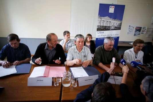 La préfète de la Loire-Atlantique, Nicole Klein (à droite), au côté de quatre agriculteurs qui avaient refusé leur expropriation.