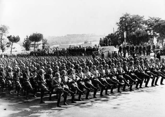 Défilé du corps expéditionnaire italien en présence de Mussolini, à Rome, en juillet 1941.