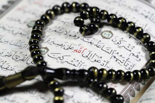 Le Coran et un «tasbih» (chapelet musulman).