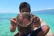 Un plongeur Bajau avec son masque en bois.
