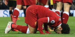 Mo Salah se prosterne après son but face à l'équipe de Watford, dans le stade d'Anfield, à Liverpool, le 17 mars.