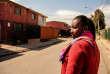 Miseda, 27 ans, est arrivée au Chili il y a 6 mois. Elle ne travaille pas et habite a Quilicura, un quartier très défavorisé dans la banlieue de Santiago, derrière la ceinture périphérique de la ville. Petits HLM de quelques étages presque à l´abandon, des maisons en bois dégradées et des rues poussiéreuses font partie de ce paysage urbain où les migrants haïtiens sont nombreux. Arrivée pour refaire sa vie et trouver un travail, Miseda veut être infirmière mais pour l´instant elle cherche à régulariser sa situation migratoire pour trouver un travail.