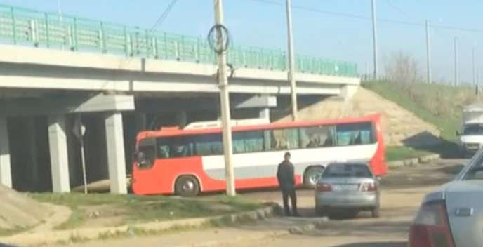 Un bus transportant des miliciens à l'entrée de la base militaire russe de Molkino, près de Krasnodar, le 6 avril 2018.