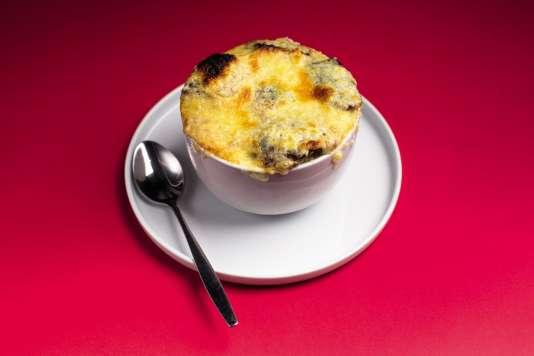 La soupe à l'oignon de Carlo Petrini, délice populaire et antigaspi.