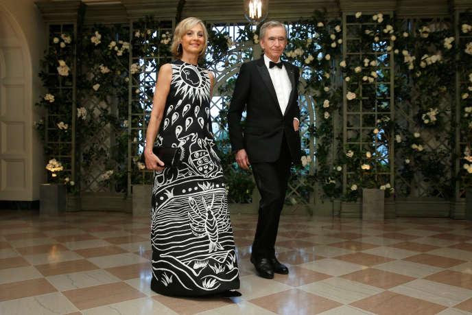 «M. Arnault est la plus grande fortune européenne, avec une patrimoine estimé à 76,4 milliards de dollars, quand la fortune de M. Pinault est évaluée à 35,5 milliards de dollars» (Bernard Arnault, PDG de LVMH, et son épouse Hélène lors d'un dîner donné en l'honneur d'Emmanuel Macron à la Maison blanche à Washington, le 24 avril).
