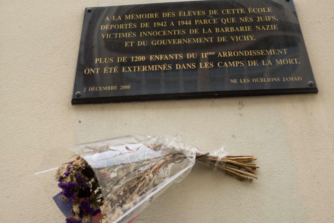 Plaque à la mémoire des 1200 enfants exterminés dans les camps de la mort nazis, devant l'école cité Voltaire.