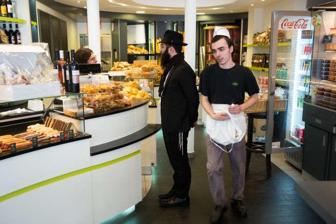 Le rabbin Israël Altabe chez le traiteur-boulanger La Délicieuse, 234 boulevard Voltaire.