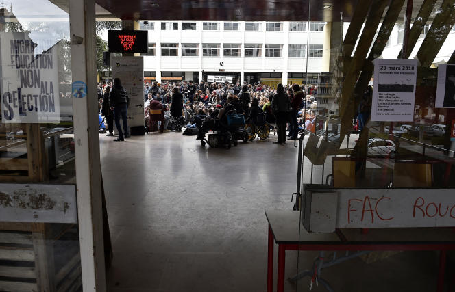 Les étudiants du campus de lettres et sciences humaines de l'université de Nancy réunis en assemblée générale, le 5 avril 2018.