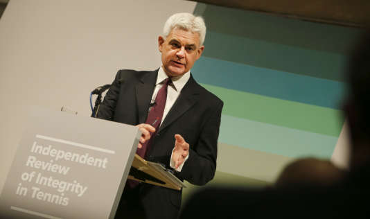L'avocat Adam Lewis, dont le cabinet a mené l'enquête sur les paris truqués dans le tennis, lors d'une conférence de presse à Londres le 25 avril.