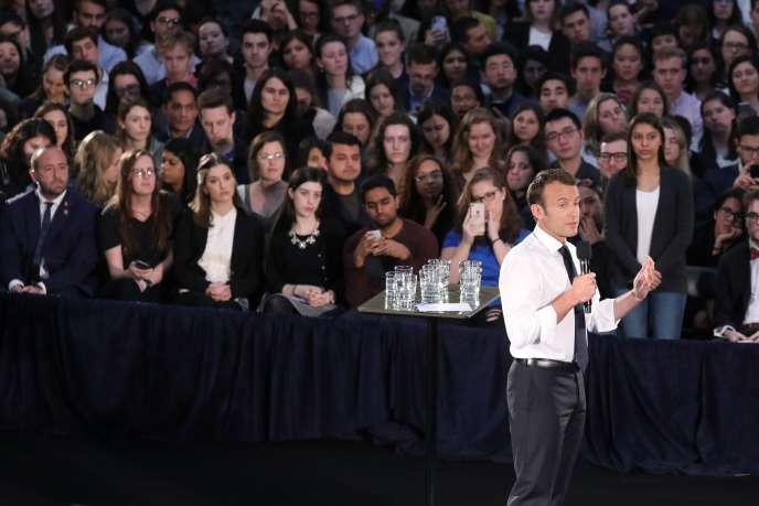 Le président Emmanuel Macron répond aux questions des étudiants de l'université George-Washington, mercredi25 avril, à Washington.