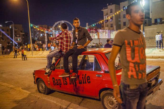 Des jeunes attendent le début d'un concert de mahragan, un mélange de rap, d'électro et de rythme traditionnel cha'abi à Medinat al Obour à la périphérie du Caire, en 2012.