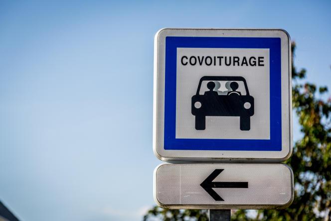 Panneau indiquant un emplacement réservé au covoiturage, à Herbignac (Loire-Atlantique), en juin 2017.