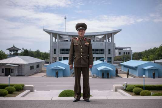 Le lieutenant Kim (Corée du Nord) sur la ligne de démarcation entre les deux Corées dans le village de Panmunjom, en juin 2017.