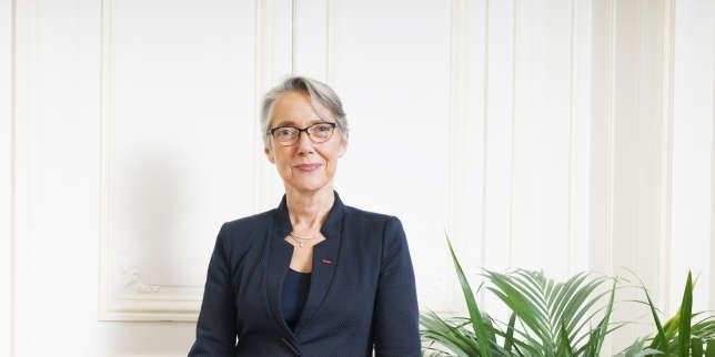 La ministre des transports Elisabeth Borne, dans son bureau à Paris,le 15 décembre 2017.
