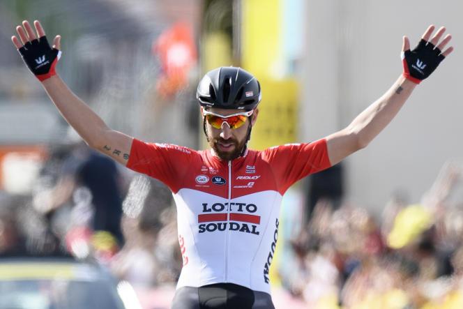 Le Belge Thomas De Gendt de la Lotto Soudal lève les bras sur la ligne d'arrivée à Yverdon après avoir remporté la deuxième étape de la 72eédition du Tour de Romandie, le jeudi 26 avril 2018.