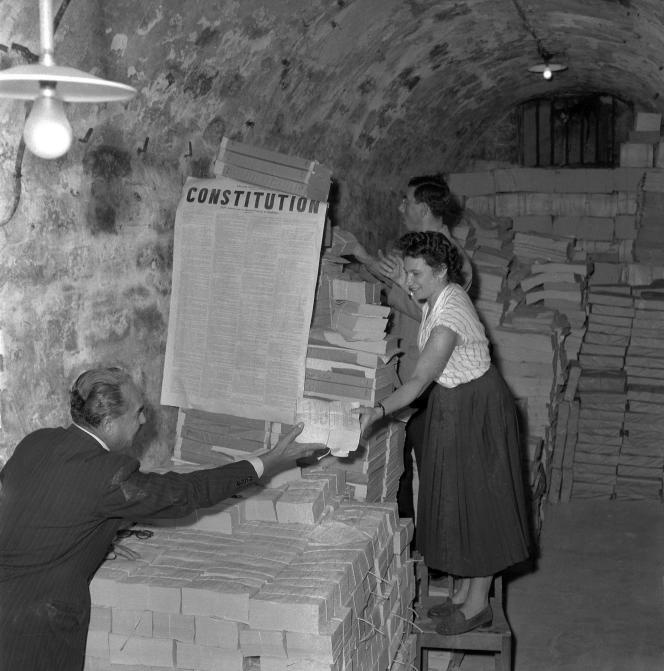 Des piles d'exemplaires du projet de la Constitution. Ils sont emballés pour être expédiés dans toute la France, le 18 septembre 1958, avant le référendum sur la Constitution de la Ve République.