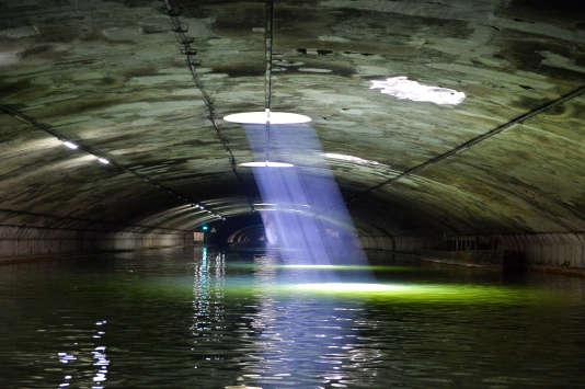 L'étroite voûte du canal Saint-Martin passe sous le boulevard Richard-Lenoir, d'où s'échappent des puits de lumière.