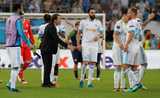 Rudi Garcia au milieu de ses joueurs après la demi-finale de Ligue Europa, le 26avril2018 à Marseille.