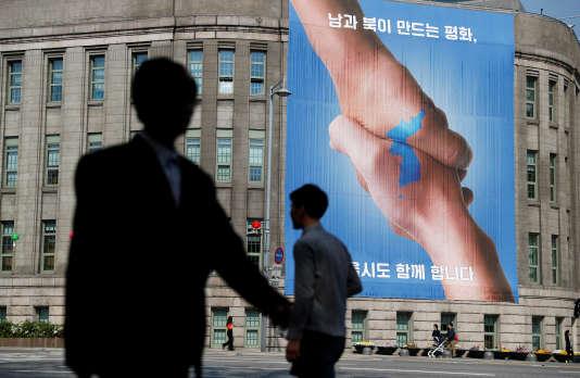 Une affiche pour la réconciliation entre les deux Corées, à Séoul, le 25 avril.
