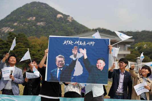 Des Sud-Coréens brandissent une bannière sur la rencontre entre les leaders des deux pays le 26 avril
