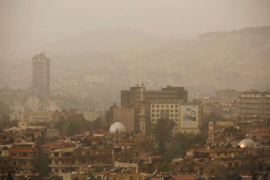 La ville de Damas prise dans une tempête de sable, jeudi 26 avril.