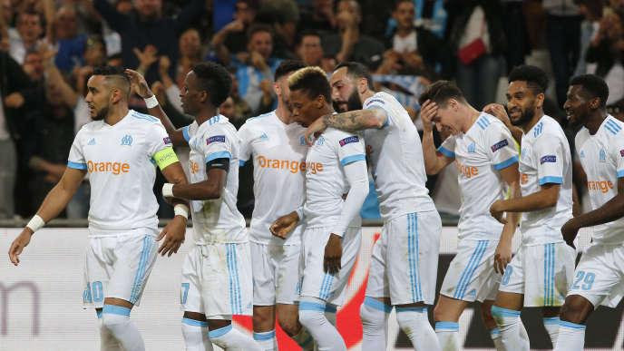 L'équipe de Marseille célèbre sa victoire au Vélodrome.