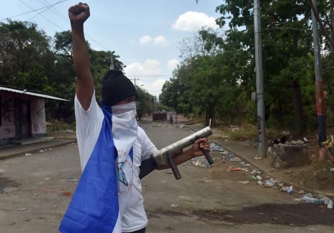 Un étudiant muni d'une arme artisanale lors d'une manifestation à Managua, le 22 avril.